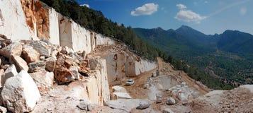 Montañas de mármol de la mina y del paisaje Foto de archivo libre de regalías