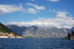 Montañas de Montenegro por el mar Imagen de archivo libre de regalías