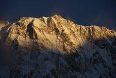 Montañas de Nepal Himalaya en la puesta del sol Foto de archivo libre de regalías