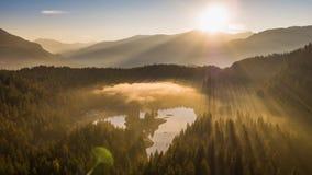 Montañas de niebla Caumasee Switzeland 4k aéreo de la salida del sol del lago almacen de video