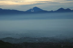 Montañas de Parahyangan imagenes de archivo