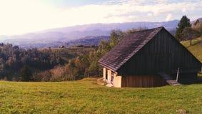 Montañas de Piatra Craiului y choza de la montaña Fotografía de archivo libre de regalías