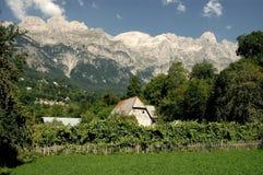 Montañas de Prokletije, visión desde Thethi, Albania Imagen de archivo libre de regalías
