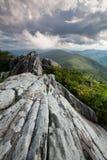 Montañas de Ridge azul dramáticas del afloramiento de roca Foto de archivo libre de regalías