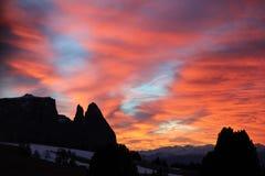Montañas de Schlern en la puesta del sol en Seiser Alm Imagen de archivo libre de regalías