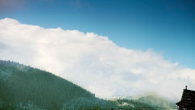 Montañas de Tatra: Nubes sobre los tops con el cielo azul almacen de video