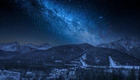 Montañas de Tatras en invierno en la noche con la vía láctea, Zakopane Foto de archivo