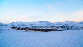 Montañas de Tien Shan occidental en la nieve en la puesta del sol en la primavera temprana Timelapse 4K metrajes