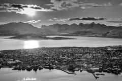 Montañas de Tromsø Tromso y de Kvaløya durante puesta del sol Fotos de archivo