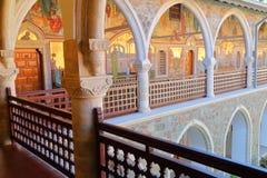 """MONTAÑAS de TROODOS, †de CHIPRE """"18 de noviembre de 2015: Las arcadas dentro del monasterio de Kykkos con los mosaicos colorido Fotografía de archivo"""