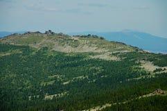 Montañas de Ural en el tiempo de verano imagenes de archivo