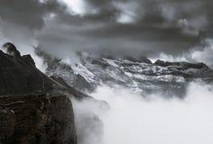 Montañas debajo de las nubes Imágenes de archivo libres de regalías