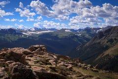 Montañas debajo de un cielo agitado Imagenes de archivo