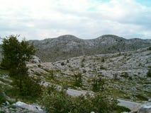 Montañas debajo de un cielo nublado Imagen de archivo