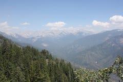 Montañas debajo del cielo azul Imagen de archivo