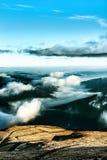 Montañas debajo del cielo nublado Imagenes de archivo