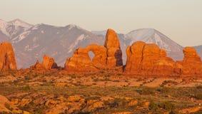 Montañas del arco y de la La-Sal de la torreta en la puesta del sol. Fotografía de archivo libre de regalías