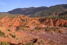 Montañas del atlas de Marruecos y cama de río seca foto de archivo