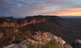 Montañas del azul de la puesta del sol de Narrowneck Foto de archivo