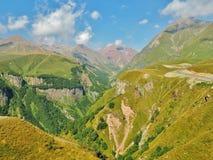 Montañas del Cáucaso y el camino militar georgiano Imágenes de archivo libres de regalías