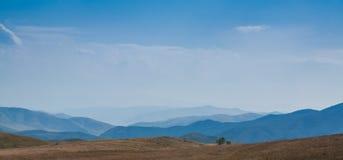 Montañas del cielo azul en el fondo Otoño Fotos de archivo libres de regalías