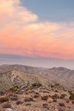 Montañas del desierto con las nubes rosadas fotografía de archivo