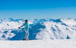 Montañas del esquiador del retrato en el fondo Imagenes de archivo