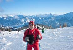 Montañas del esquiador en el fondo Foto de archivo libre de regalías