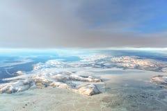 Montañas del invierno con el río fotos de archivo