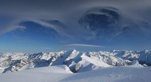 Montañas del invierno con las nubes mágicas Foto de archivo libre de regalías
