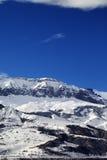 Montañas del invierno en el día agradable del sol Fotos de archivo libres de regalías