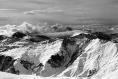 Montañas del invierno en nubes en el día ventoso Fotografía de archivo