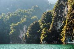 Montañas del karst sobre el agua azul en el parque nacional de Khao Sok Imagen de archivo