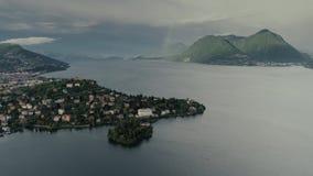 Montañas del lago del vuelo 4k Maggiore Como del abejón de Italia de las montañas del lago metrajes