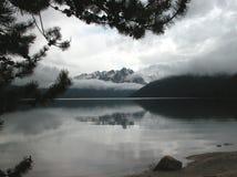 Montañas del lago y del diente de sierra redfish Foto de archivo