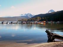 Montañas del lago y del diente de sierra redfish Fotos de archivo