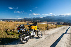 Montañas del montar a caballo en la moto Foto de archivo libre de regalías
