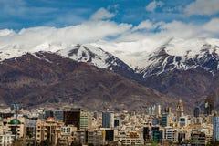 Montañas del norte de Teherán Alborz en primavera con nieve en el top Irán Fotos de archivo libres de regalías
