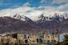 Montañas del norte de Teherán Alborz en primavera con nieve en el top Irán Foto de archivo