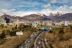 Montañas del norte de Teherán Alborz en primavera con nieve en el top Irán Imagen de archivo libre de regalías