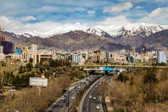 Montañas del norte de Teherán Alborz en primavera con nieve en el top Irán Imagen de archivo