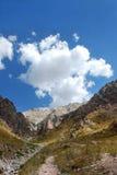 Montañas del Pamir-Alai con las nubes en Uzbekistán Foto de archivo libre de regalías