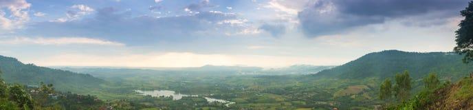 Montañas del panorama, bosques y áréis agrícolas imagenes de archivo
