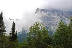 Montañas del Parque Nacional Glacier cubiertas con niebla fotos de archivo libres de regalías