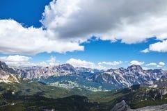 Montañas del paso de Giau en la luz del día imagen de archivo libre de regalías