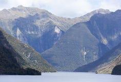 Montañas del ` s Fiordland de Nueva Zelanda Foto de archivo