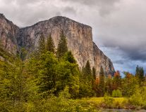 Montañas del valle de Yosemite, parques nacionales de los E.E.U.U. foto de archivo libre de regalías
