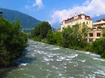 Montañas del verano de la primavera del río del transeúnte de Merano Italia Imágenes de archivo libres de regalías