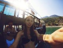 Montañas del yate de la agua de mar del viaje del viaje del verano de Gopro Fotos de archivo libres de regalías