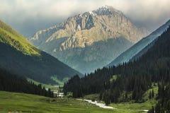 Montañas después de la lluvia Foto de archivo